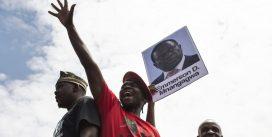 'Đồng chí Mugabe' ngã ngựa