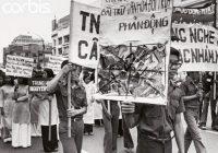 1975: Cộng sản đốt sách